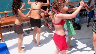 Tekneyi sallayan kızlar, tekne gezisi