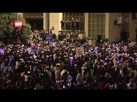 В китайском Ухане устроили массовые гуляния в новогоднюю ночь.