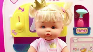 La Bebé Nenuco Princesa Cuca Está Malita, Tiene Gripe Y Va Al Doctor | Juguetes De Médicos