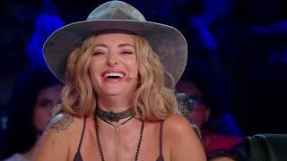 Criză de râs în platoul X Factor. O moldoveancă focoasă pare îndrăgostită de microfon