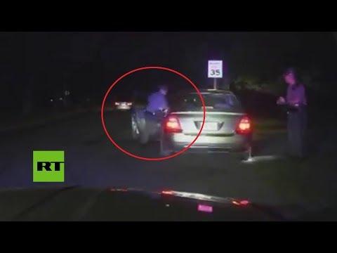 Un conductor arrastra a un policía tras darse a la fuga