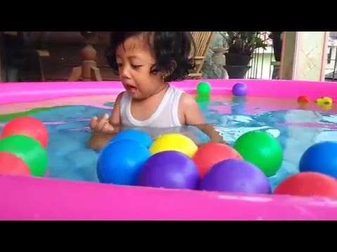 Bayi 1 Tahun Asik Bermain Di Kolam Renang Mainan Swimming Pool For Baby Baby Bath With Ball