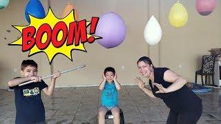DESAFIO do BALÃO SURPRESA | Brincando com a mamãe e o irmão