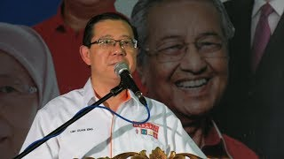 Guan Eng stands with Anwar in PD