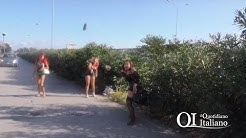 Bari, prostitute mostrano genitali e lanciano sassi al giornalista