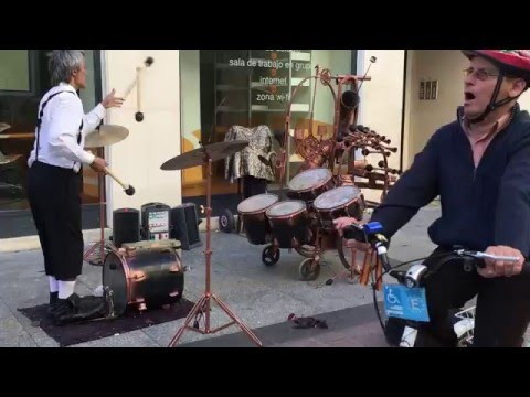 Amazing Musical  Juggler. Sorprendente Malabarista Musical.