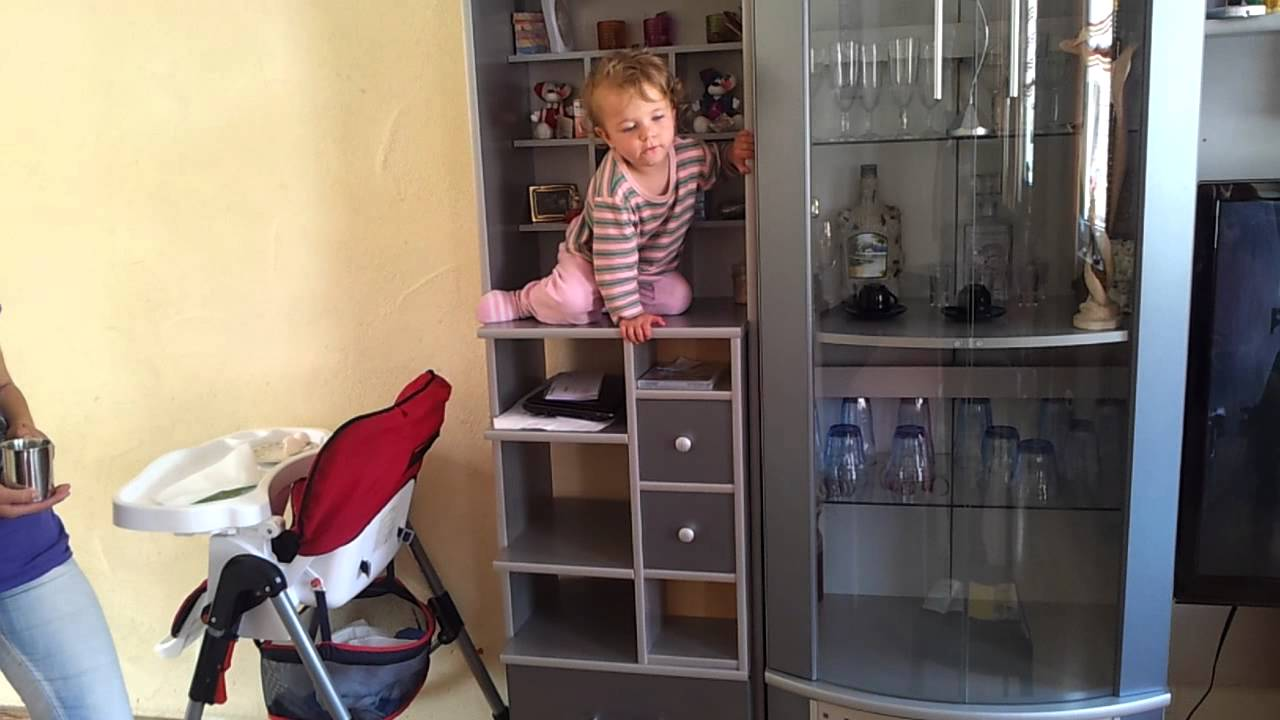 baby klettert schrank hoch youtube. Black Bedroom Furniture Sets. Home Design Ideas