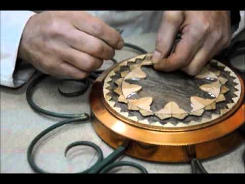 esecuzione di un mosaico con tessere di legno ricavate da