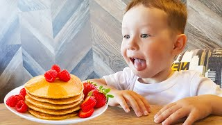 Малыш помогает маме приготовить завтрак для сонного папы