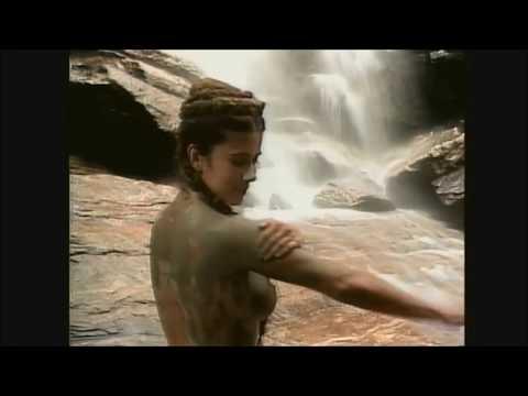 CENA DONA BEIJA -Beija toma banho de cachoeira