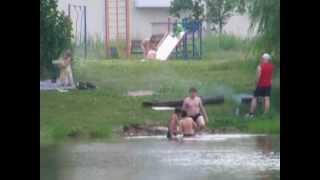 Люди жарят шашлык в парке. Бабаевский пруд. Москва