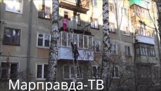 Спасатели сняли девочку висящую на балконе в Йошкар-Оле