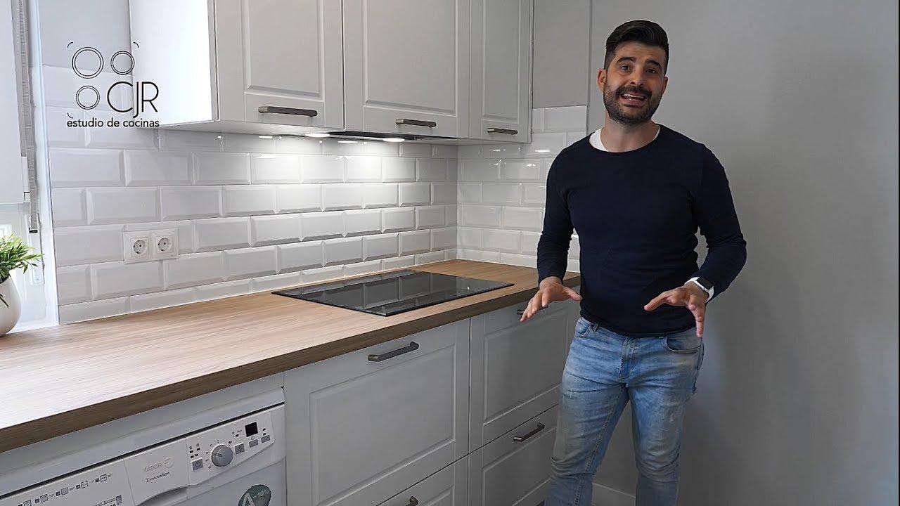Cocina moderna con muebles blancos y encimera madera - Encimera de madera para cocina ...