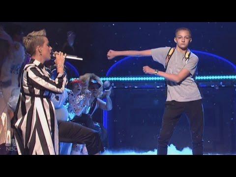Meet the Dancing 'Backpack Kid' Who Stole Katy Perry's Spotlight on 'SNL' - Популярные видеоролики!