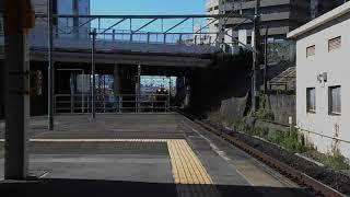 国鉄カラーのEF64形牽引の貨物列車・千種駅を通過