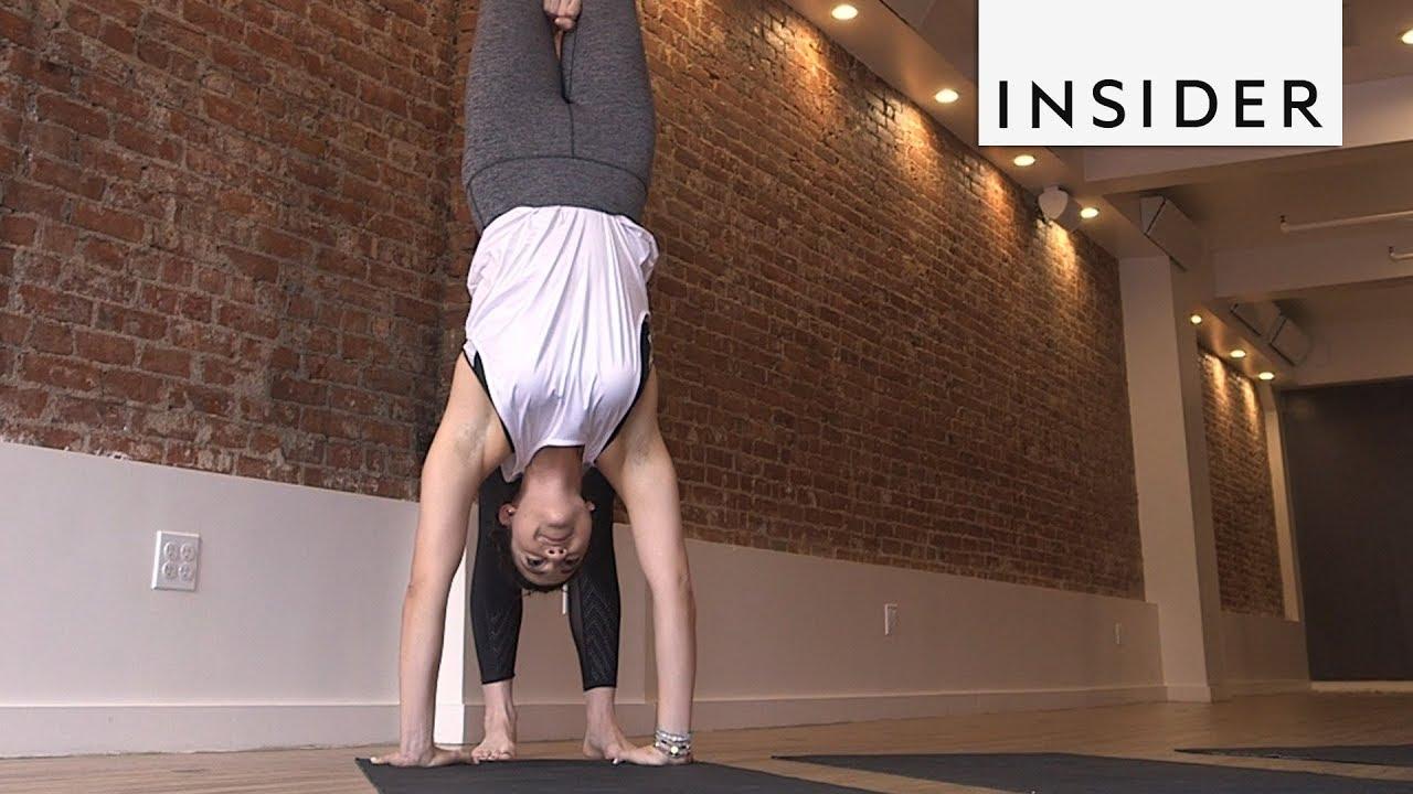 Девојки пробуваат да ги направат популарните Инстаграм јога пози