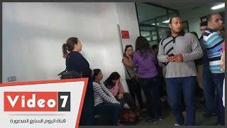 بالفيديو.. الدموع والقلق يسيطران على أمهات الأطفال المصابين بحادث الأتوبيس المدرسى