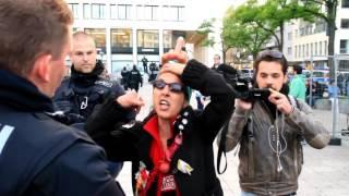 Frau zeigt der Polizei den Mittelfinger - Muss die deutsche Polizei sich das gefallen lassen?