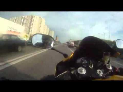 Motor lạng lách trên đường phố Nga