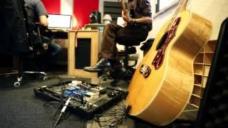 Esne Beltza. AIEKA estudioetan gitarrak grabatzen.