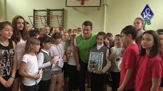 Таранов и Божин провели урок футбола в школе №38 -