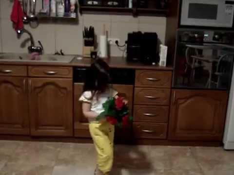 Cмотреть видео онлайн Вот так нужно поздравлять маму с 8-Марта .Малышка 2.5 года