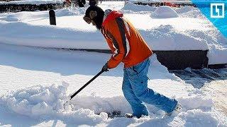 Инвалиды чистят снег, чтобы выжить