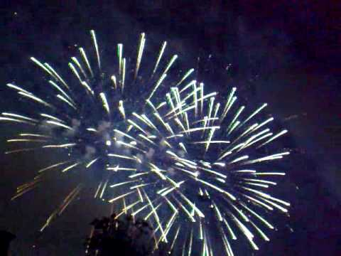 SHOW MUST GO ON - QUEEN's song accompanied by fireworks. Fuochi d'Artificio a tempo di musica