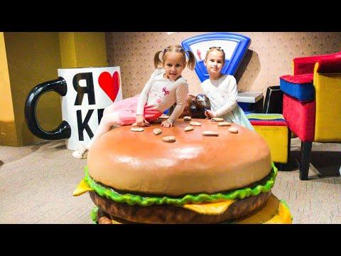 Дом Великана Алина и Юляшка играют в гигантские игрушки Забавная история