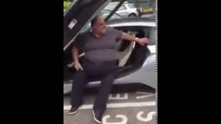 Riccone fa il presuntuoso con l'auto di lusso ma guardate cosa succede!