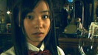 2008年 14分 奇妙な骨董屋の周期表を模した棚を前に、少女と怪しい店長...