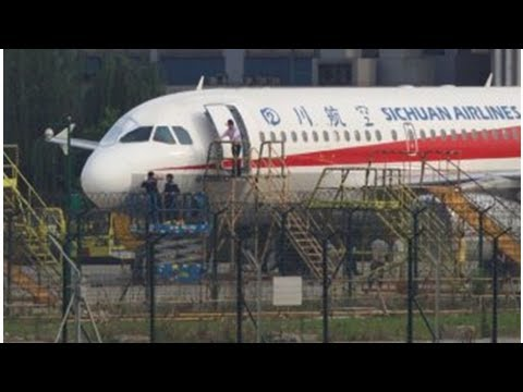 """Sichuan Airlines's Chinese flight landed urgently after the windows """"smoked"""" the pilot co"""