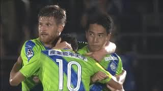 ゴール前の混戦からこぼれ球に反応した菊地 俊介(湘南)が強烈なボレー...