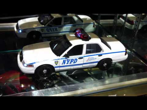 1/18 2001 Ford Crown Victoria -NYPD Interceptor (Lights And Sound)