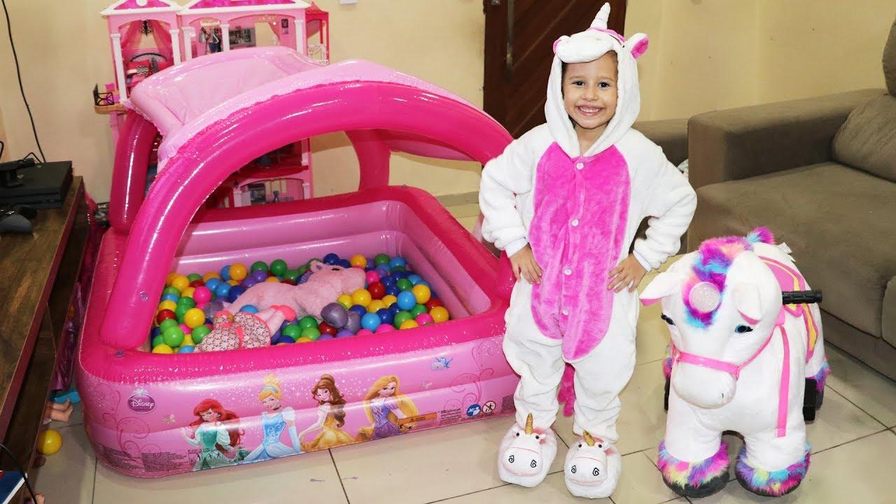 Valentina brincando na piscina de bolinhas na sala vestida for A piscina da barbie