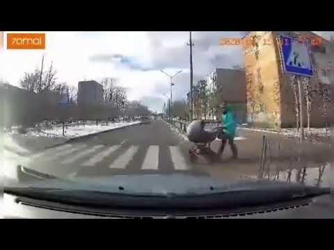 Водитель сбил коляску с ребенком на пешеходном переходе