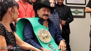 THE WBC AWARDS JOSE SANTA CRUZ, LEO'S FATHER WITH A VERY SPECIAL BELT