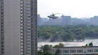 2010-07-15 Пожарный вертолёт.mp4(Пожарный вертолёт набирает воду (Москва, Южный порт). За качество пинаем Samsung, который не обеспечил возможно..., 2010-07-16T13:03:20.000Z)