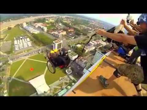 Saut en parachute en chaise roulante youtube for Basketball en chaise roulante