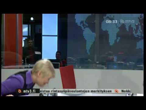 MTV3 24.3.2010 - Uutisankkuri Kirsi Alm-Siira putoaa tuolilta suorassa lähetyksessä