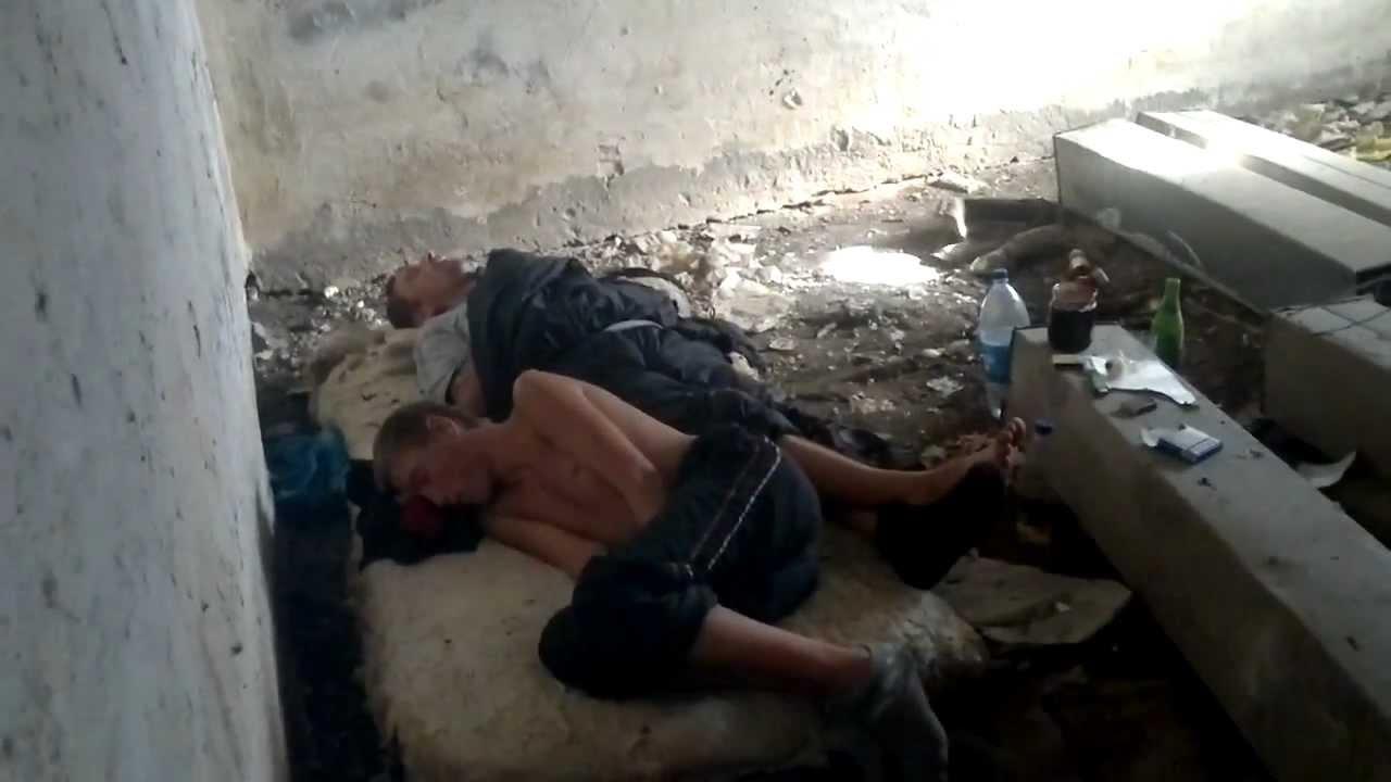 Бомж трахает телку в подвале — photo 7