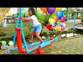 Anak Anak Bermain Permainan Anak Main Ayunan Di Playground Gym