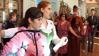 Парад эпох(Бийчане почистили свои камзолы, достали платья и отправились на бал. В краеведческом музее прошло светское..., 2015-10-01T04:24:41.000Z)