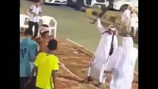 بالفيديو.. شاب مستهتر يطلق النار بشكل عشوائي من رشاش