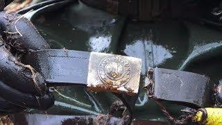 Солдат с немецкими трофеями и залежи оружия в болоте Раскопки  металлоискателем
