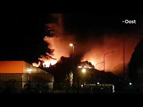 Zeer grote brand bij Twence in Hengelo, grote rookwolken trekken richting Delden