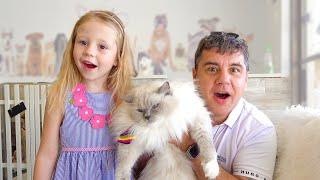 Nastya gibt vor, mit Spielzeughunden zu spielen