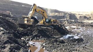 Cat 385C Loading Coal On Trucks thumbnail
