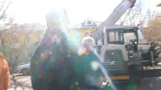 гастарбайтеры уронили профлист на машину(, 2017-04-08T08:08:41.000Z)