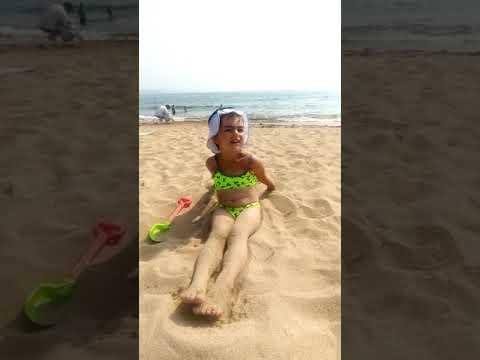 Загорает на пляже